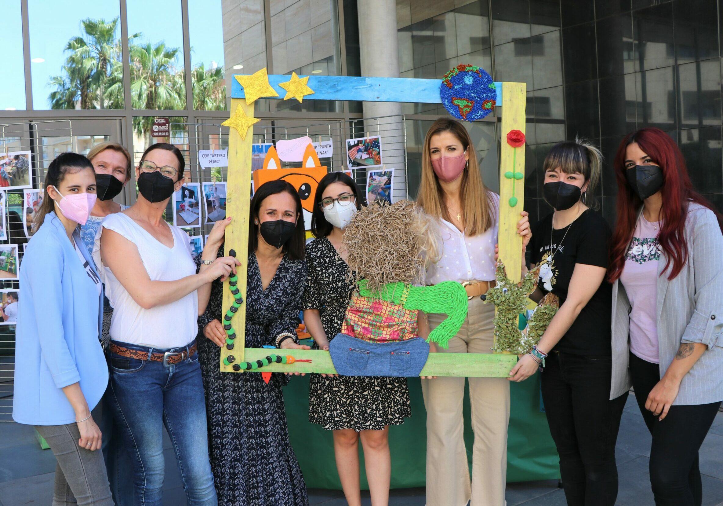 El Día Mundial de Reciclaje se celebra en El Ejido con una original exposición de trabajos de los alumnos de centros educativos del municipio y Cruz Roja local promovida por Servicios Sociales