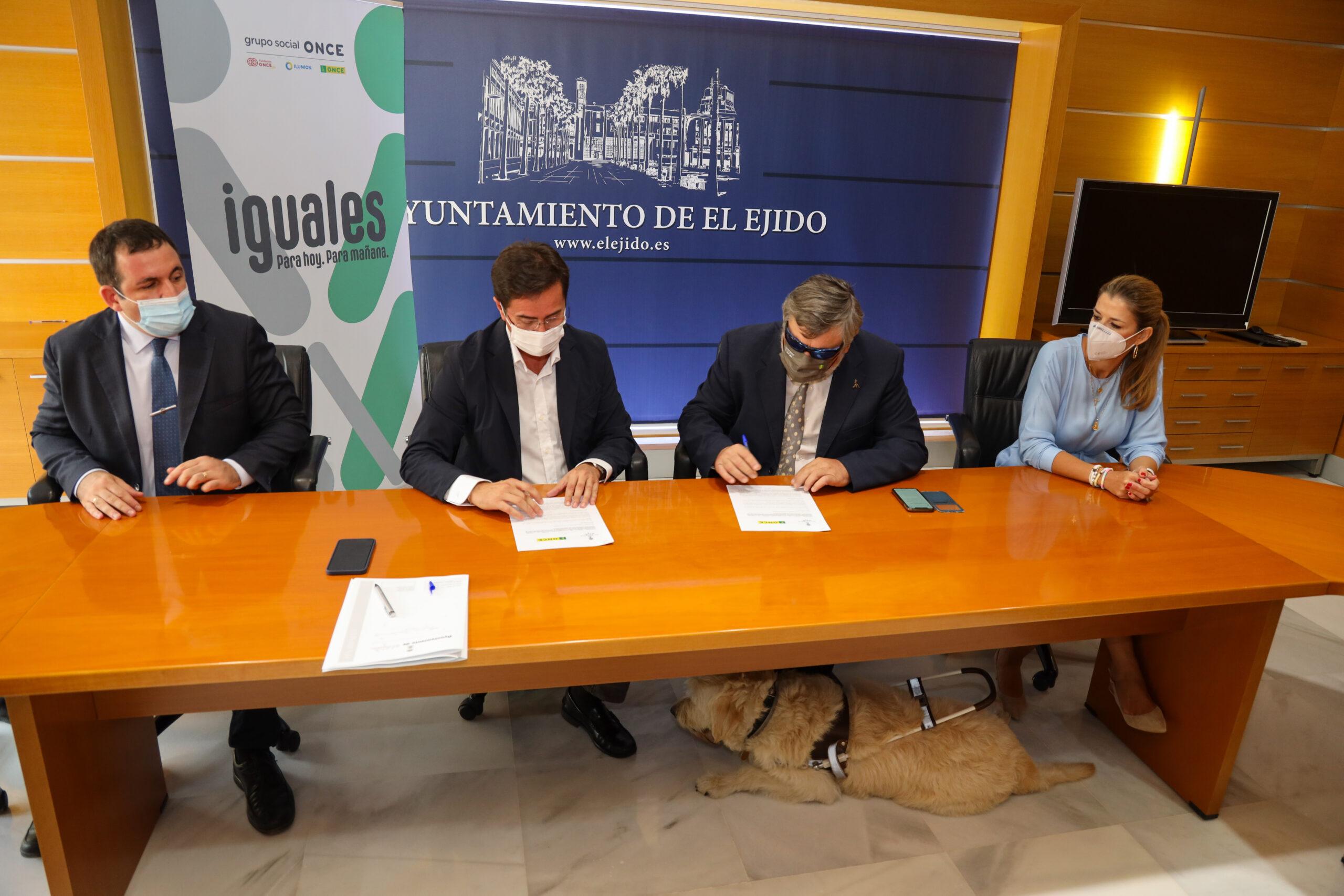 Ayuntamiento y ONCE firman un convenio para la promoción y difusión de proyectos de atención a personas con discapacidad