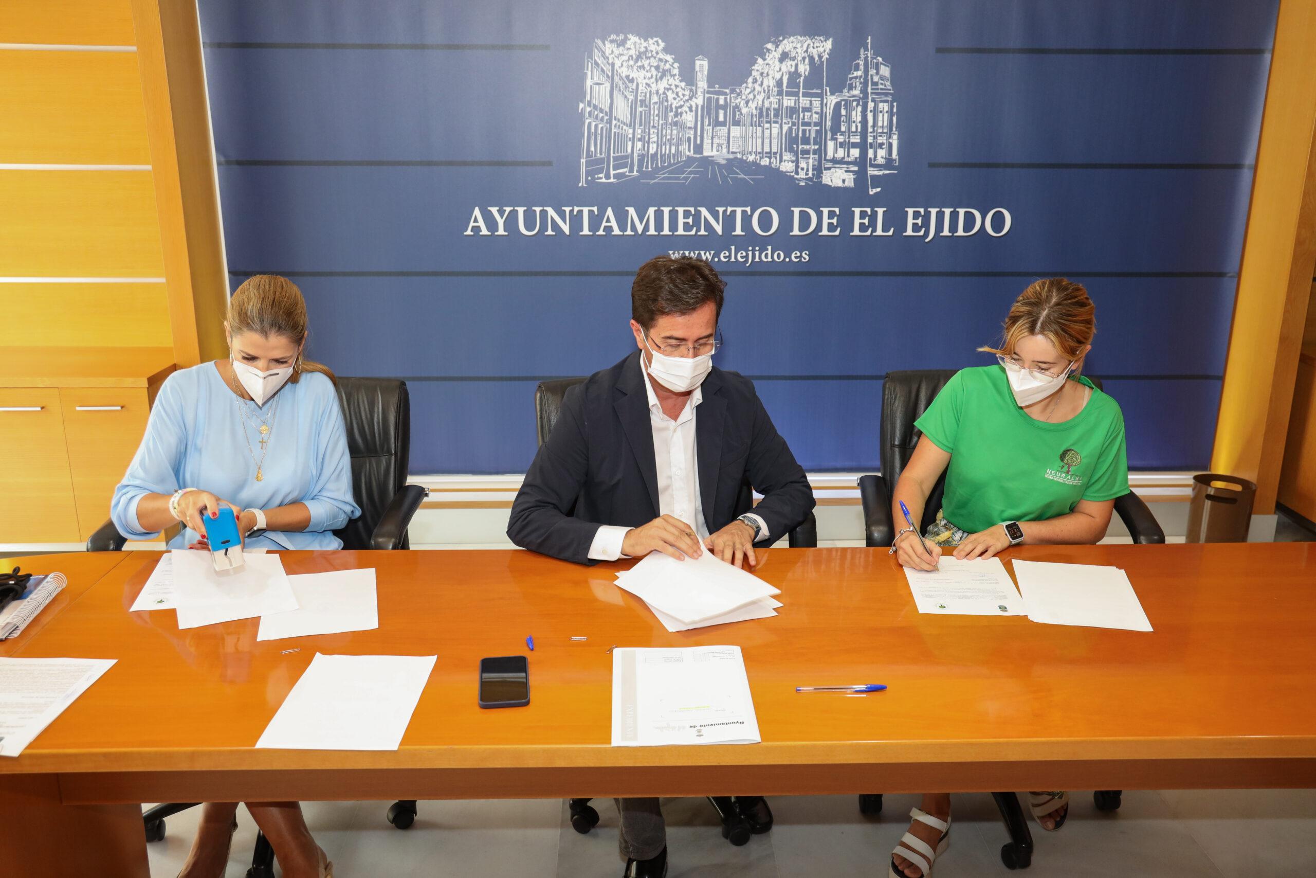 El Ayuntamiento de El Ejido firma convenios de colaboración con 'Soy Especial y Qué' y 'Neuralba Contigo' que permitirán el asesoramiento psicológico y jurídico, además de apoyo en comunicación